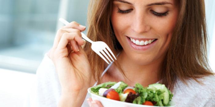 食べる 女性 外人 ご飯