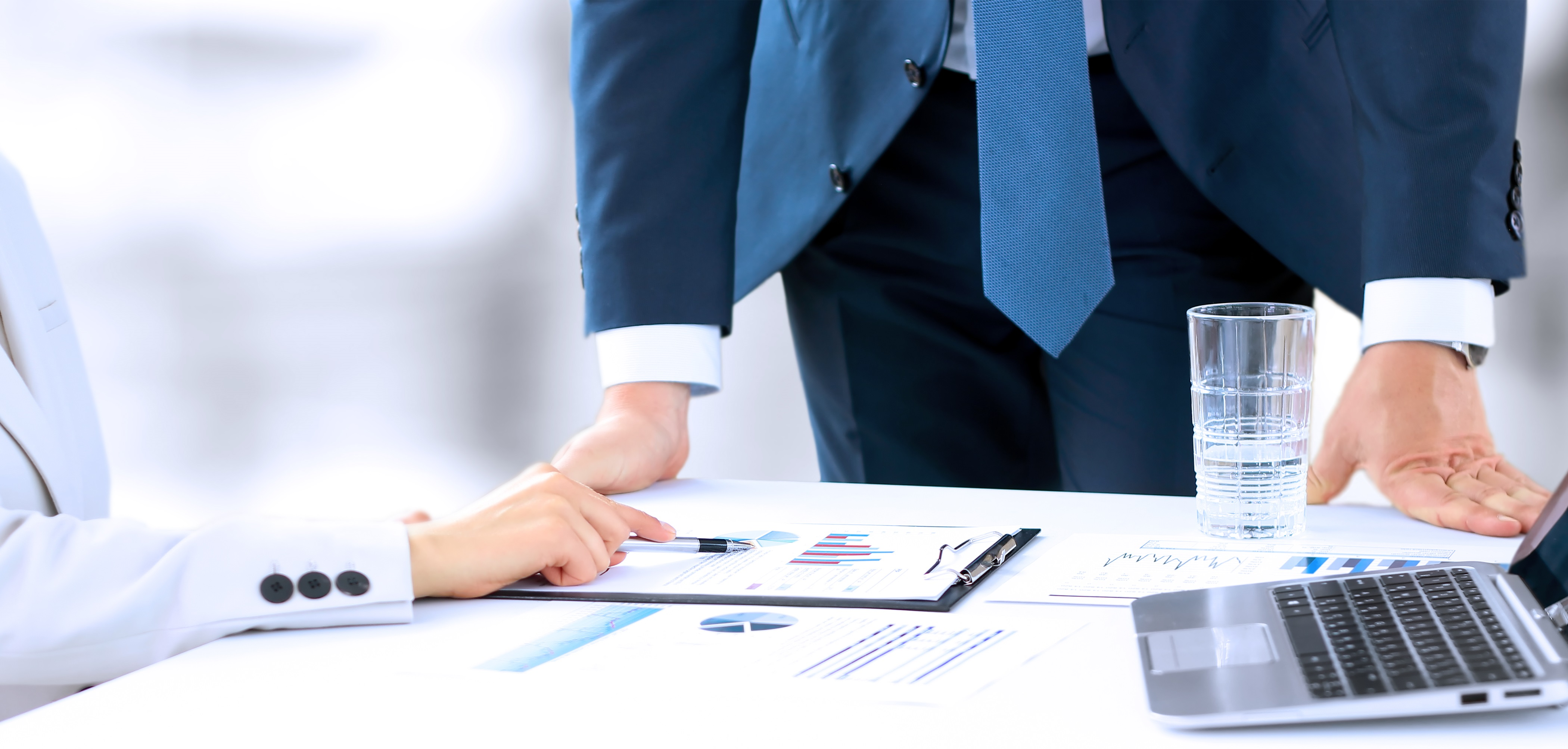 ビジネスマン 会社 企業 契約 取引 管理