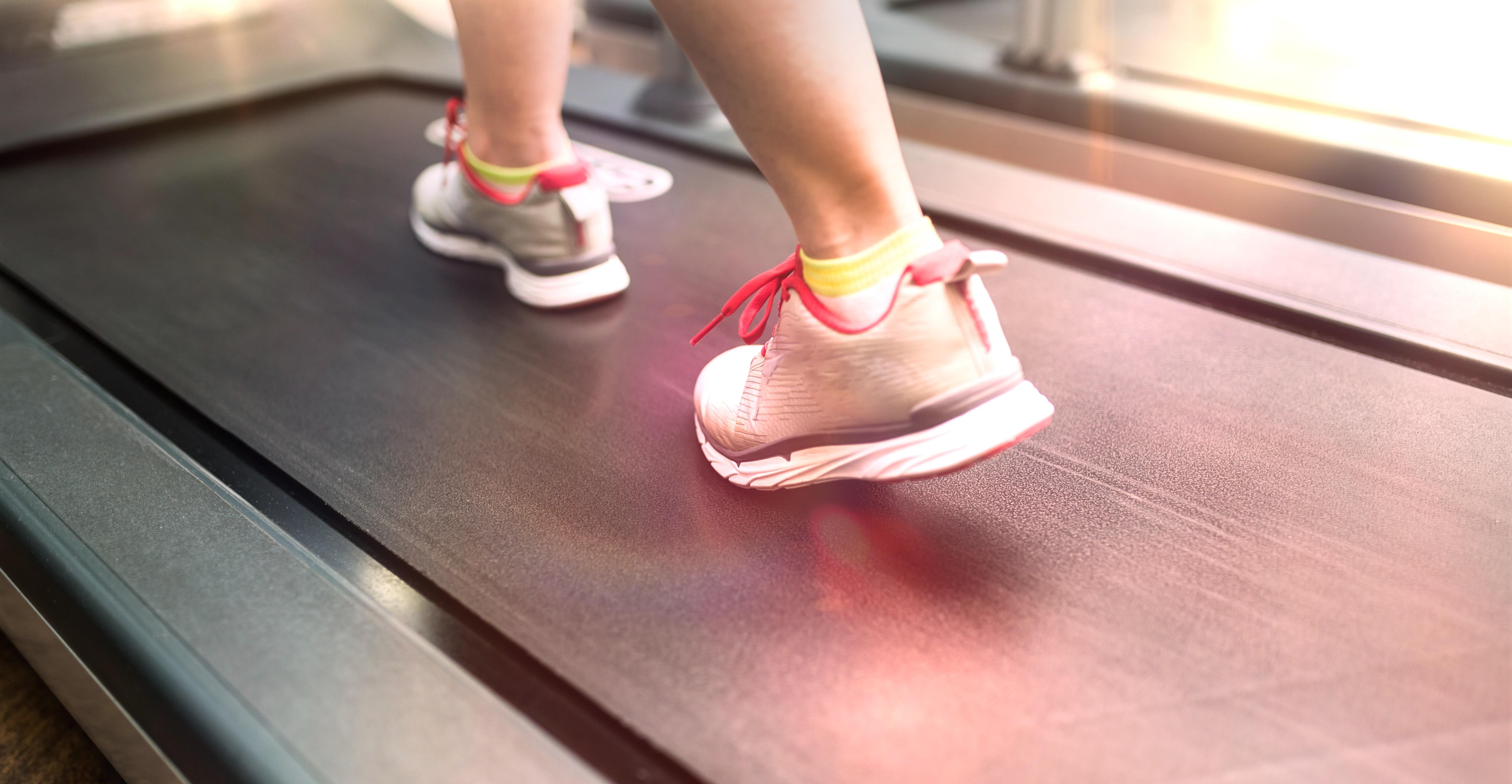ジムトレーニング(撮影許可取得済み) 歩く 走る 運動 ランニングマシーン