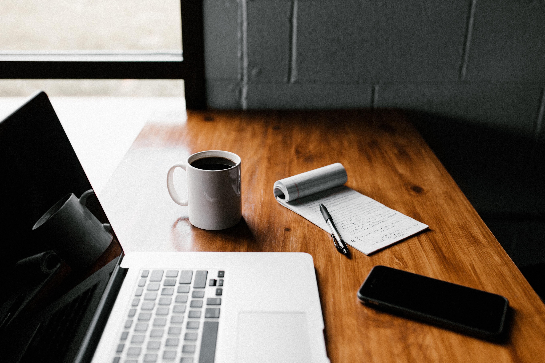 ノートPCとコーヒーとペン