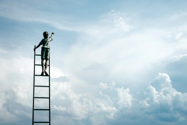 はしごに登る少年