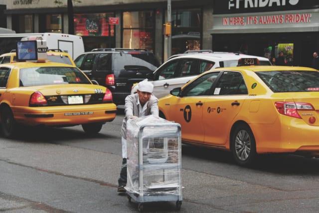 台車を運ぶ男性