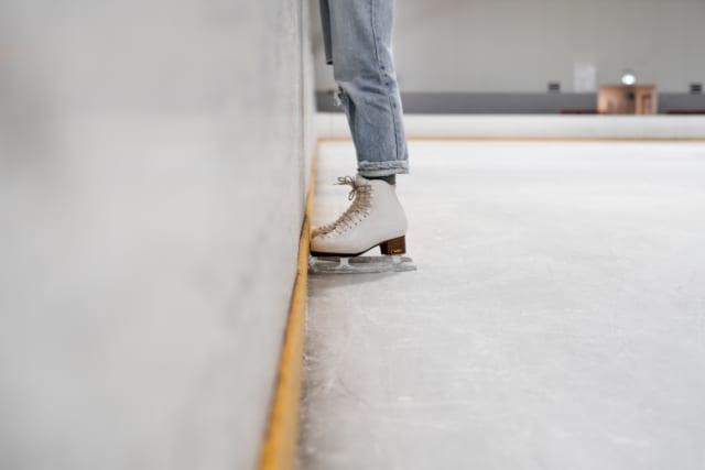 スケートリンクに立つ女性