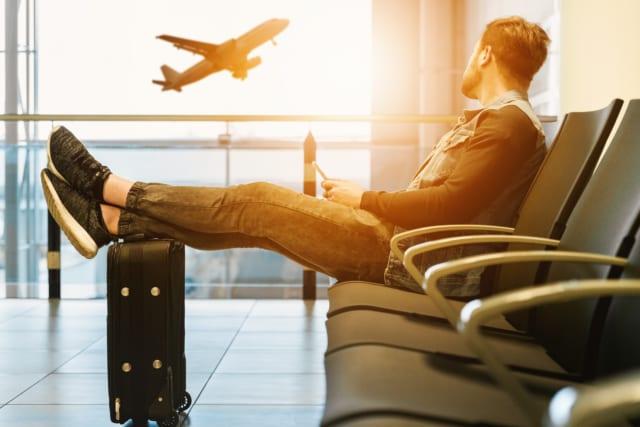 空港で待つ男性